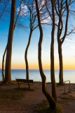 Leere Bank am Ostseeufer - Empty bench on the Baltic shore