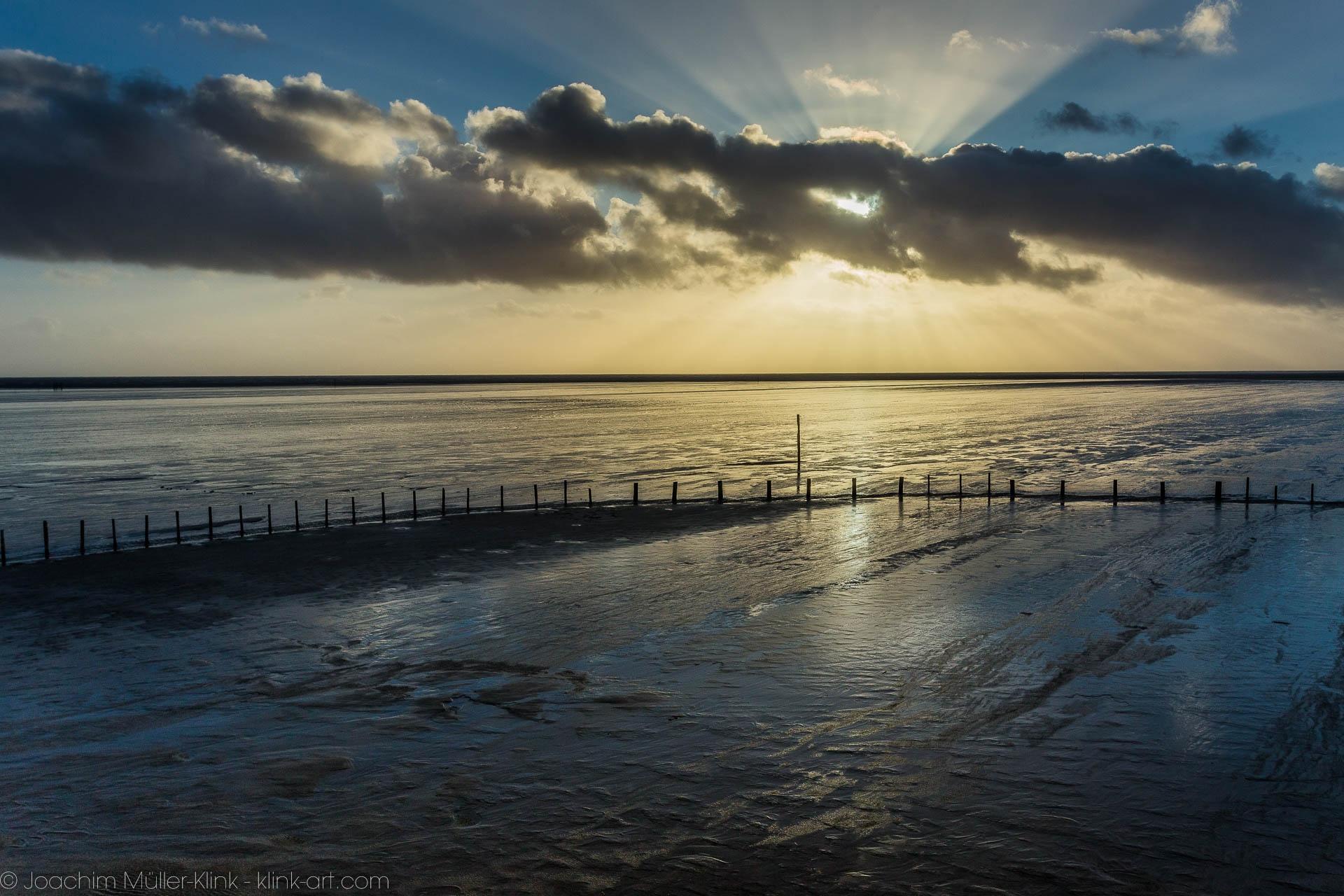 Reflektionen der untergehenden Sonne im Wattenmeer - Reflections of the setting sun in the Wadden Sea