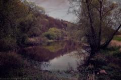 Vor Sonnenaufgang: Stilles Gewässer am Rande eines Waldes - Before Sunrise: Silent waters bordering the woods