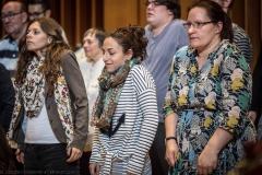 Chorsängerinnen bei Lockerungsübungen