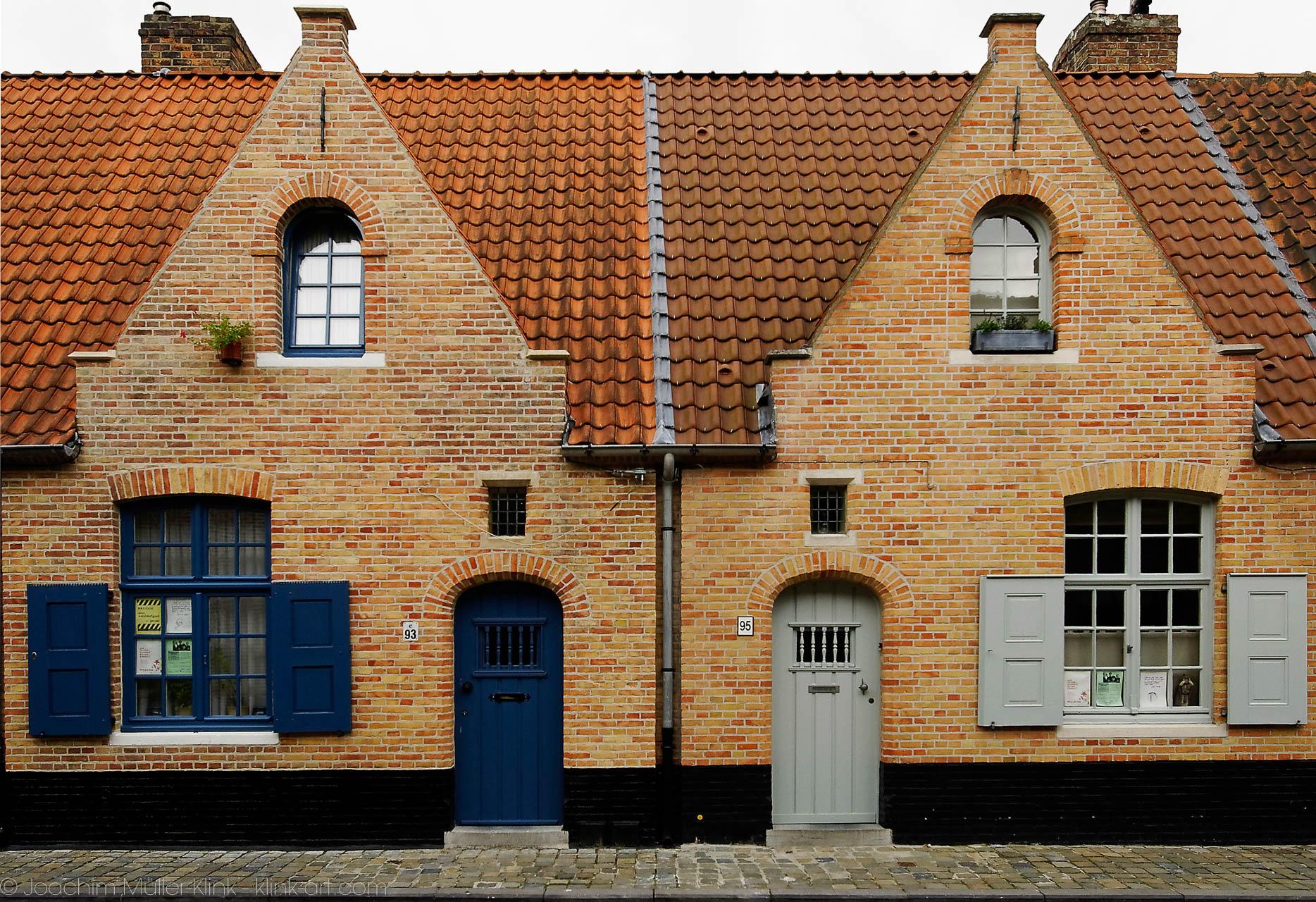 Doppelhaus aus roten Backsteinen - Double House made out of red bricks
