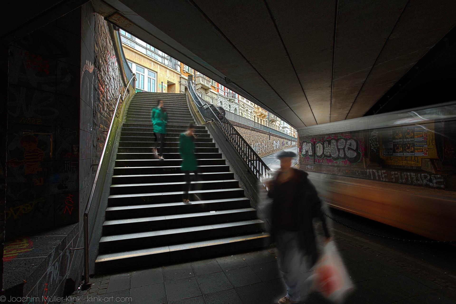 Passanten in einer Straßenunterführung mit Treppe - Passersby on a street underpass with stairs