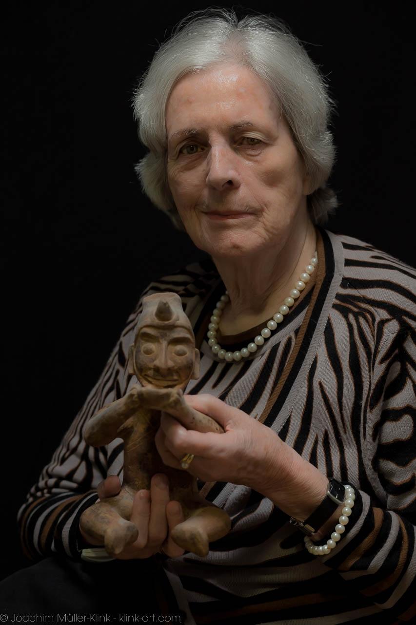 Gudrun Schirmer mit Skulptur